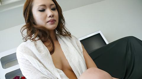 Luna - Soapy asian amateur Luna gets herself off - Picture 1