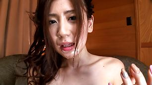Gadis dalam celana merah bertahan Asian cum shot di wajah