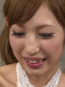 Meri Kanami - 亞洲女孩在工作面上吹噓工作結束 - 截圖1
