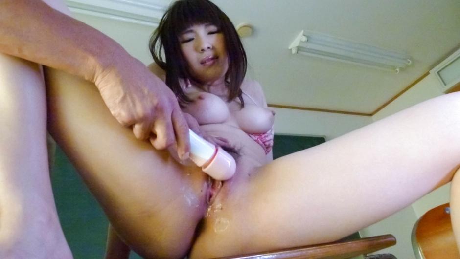 Madoka Misaki夫婦の温泉旅行で、泥酔して寝てしまった夫の隣で妻が下品な団体客に寝取られてた貴水らんたかみらん長浜町