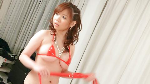 Aoi Mizumori - Aoi Mizumori knows playing with 2 cocks and toys isnt easy - Picture 2